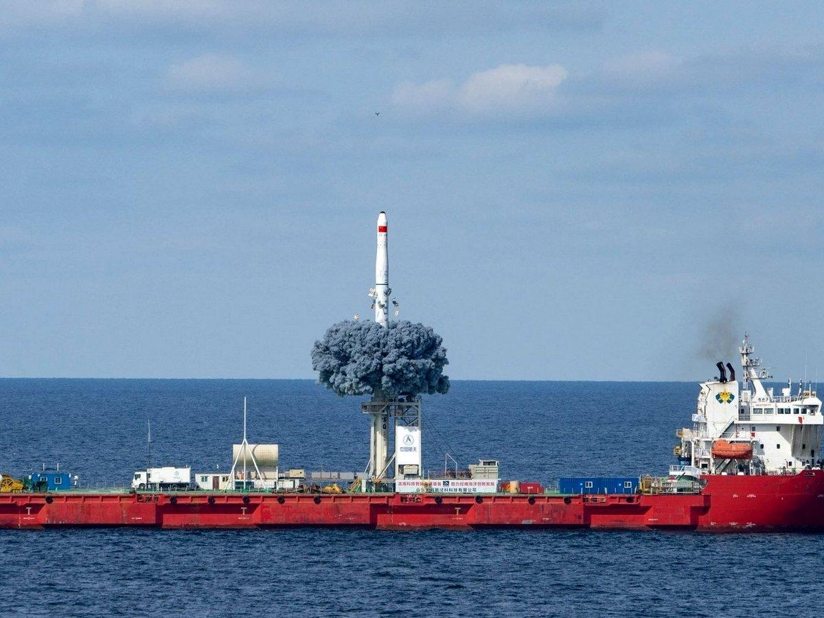 Старт китайской ракеты-носителя с корабля сняли на видео