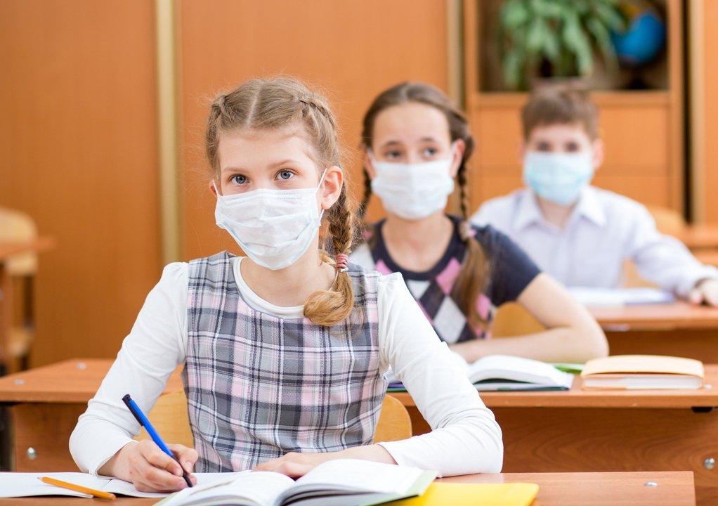 Ученые рассказали, какие школьники активнее распространяют COVID-19