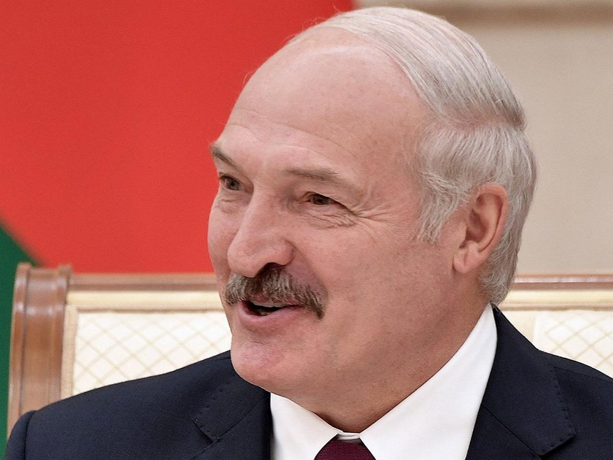 """Лукашенко: """"Мы с президентом России спиной к спине будем стоять и отстреливаться"""""""