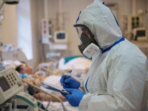 Вирусолог назвала факторы, влияющие на риск заражения COVID-19