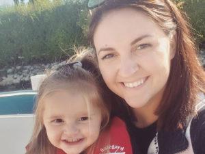 Дочь случайно разослала голые фото матери