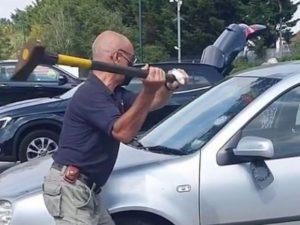 Прохожий вскрыл чужую машину чтобы спасти собаку