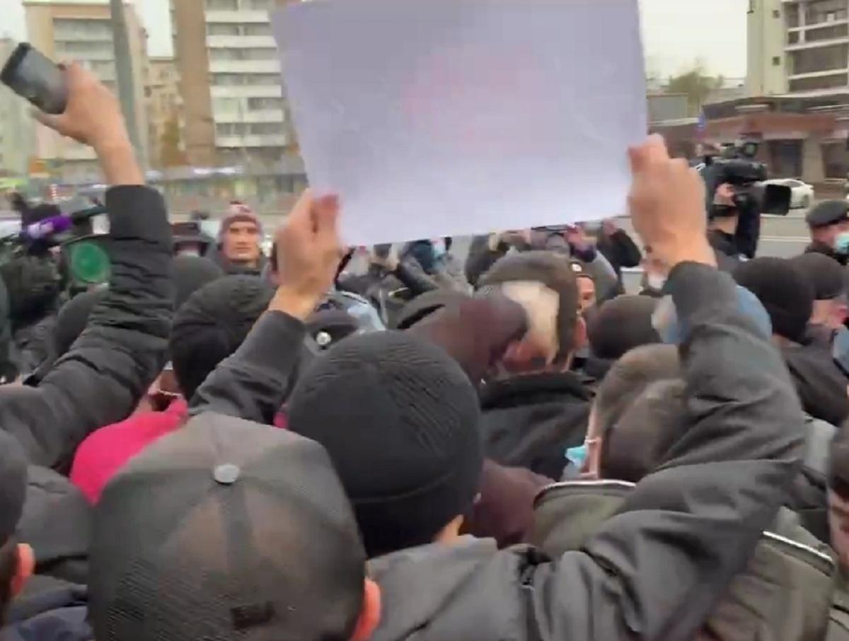 Протестующие в Москве у посольства Франции сожгли портрет Макрона