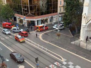 Ницца террорист отрезал голову женщине