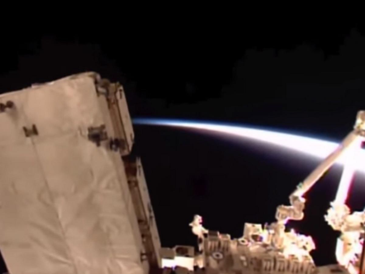 НЛО сняли возле МКС