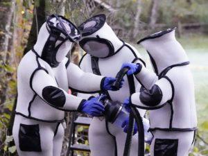 Ученые, уничтожившие в США «шершней-убийц», насмешили Сеть костюмами