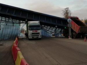 Момент обрушения перехода над М-10 в Любани попал на видео