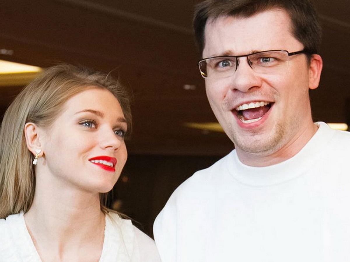 Суд окончательно расторг брак Харламова и Асмус: стало известно с кем останется дочь