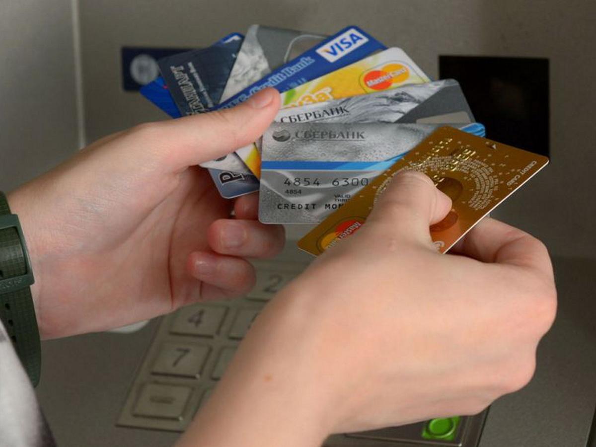 Эксперты рассказали, чего бояться россиянам при использовании банковских карт