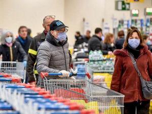 В магазинах снова выстроились очереди за продуктами