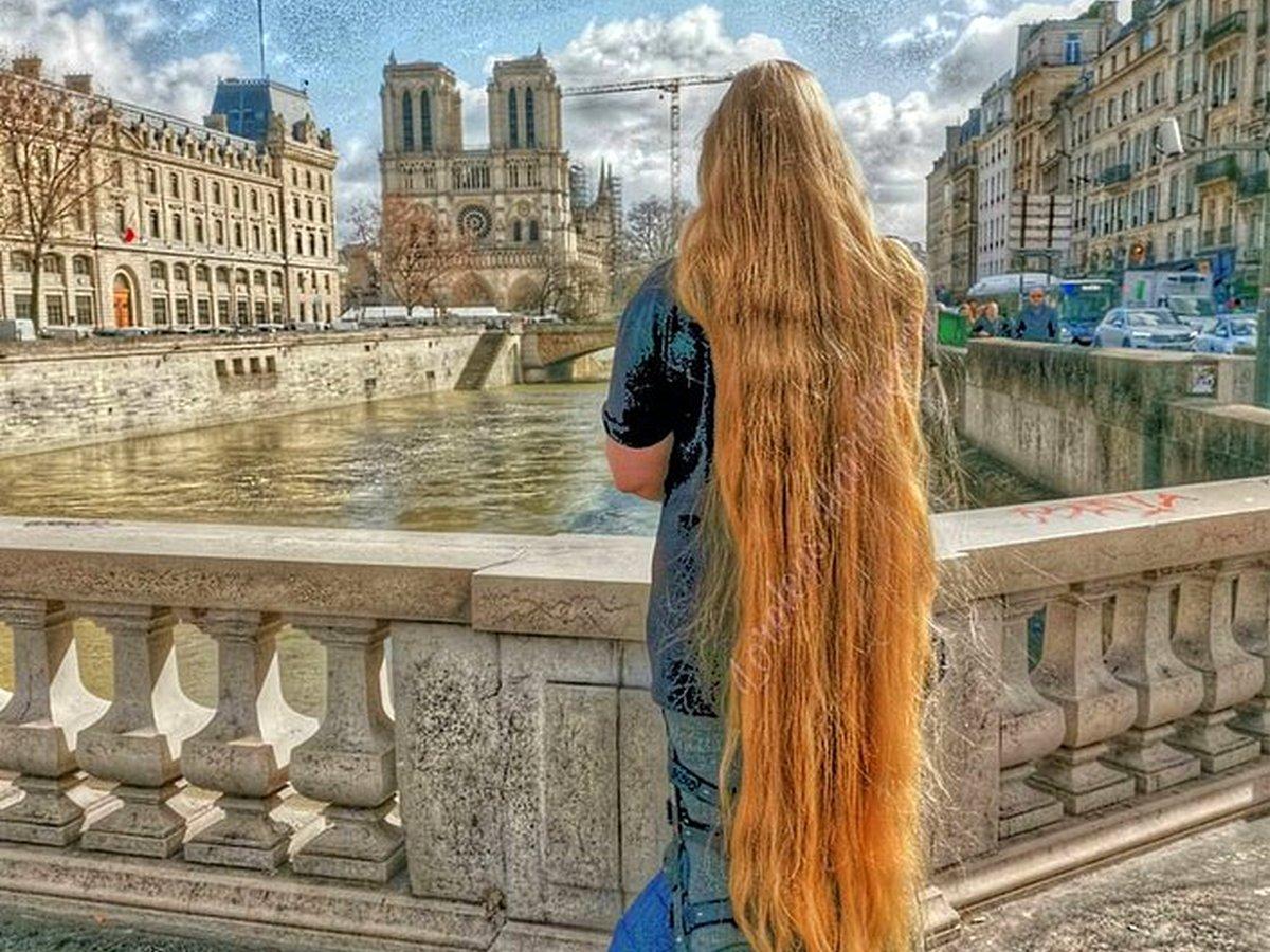 Женщина не стриглась 15 лет и отрастила волосы длиной 1,8 метра