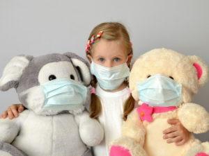 В Роспотребнадзоре рассказали о передаче COVID-19 от взрослых к детям