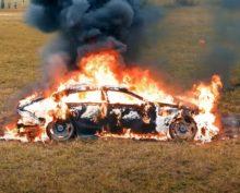 Блогер рассердился на Mercedes и сжёг его