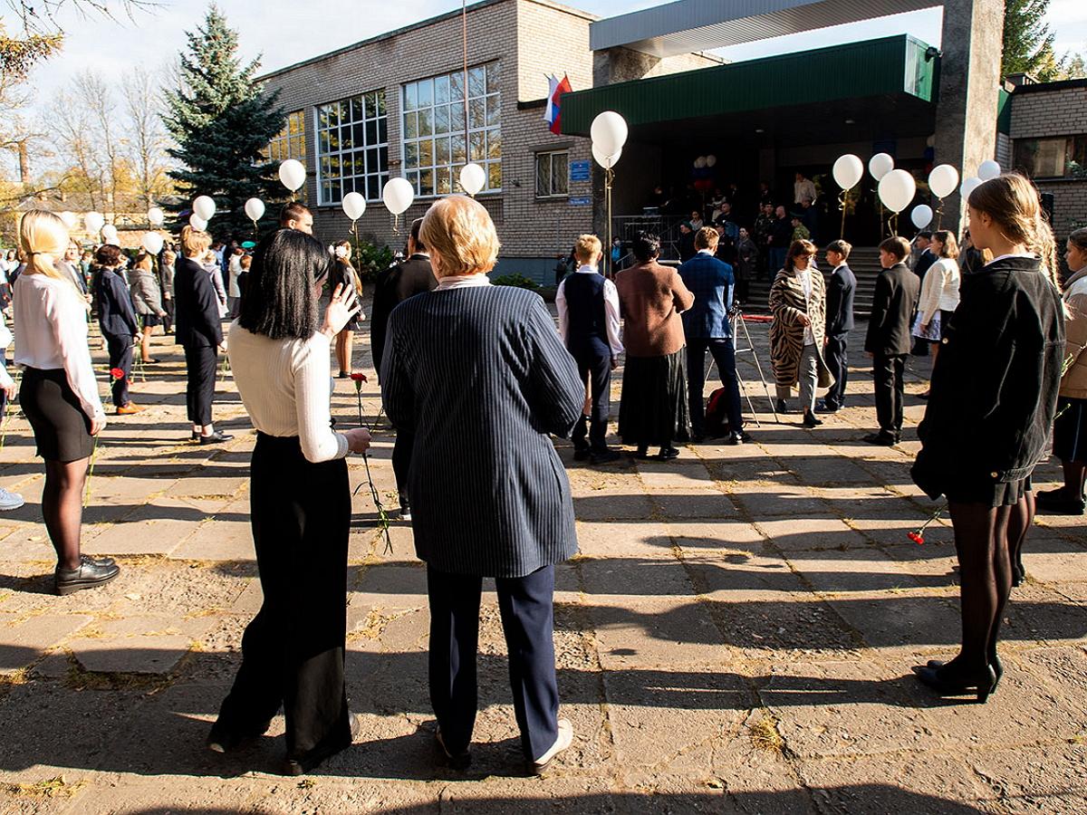 Назван диагноз упавших в обморок школьников на линейке под Псковом