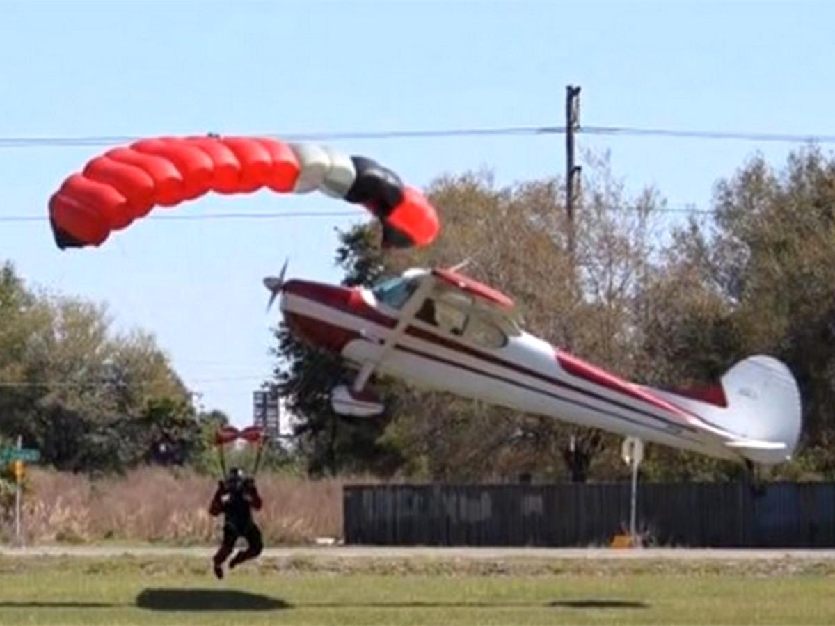 Столкновение парашютиста с самолетом попало на видео