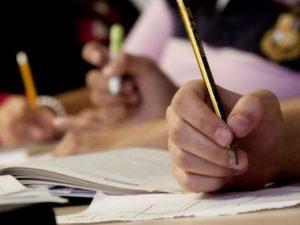 Школьнику снизили оценку в сочинении за высказывания личного мнение