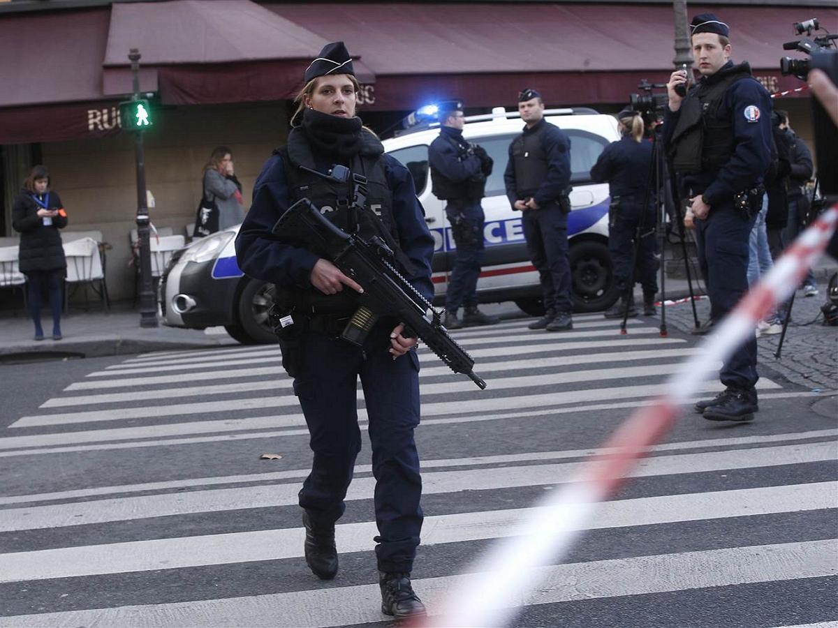 Под Парижем террорист обезглавил мужчину (ВИДЕО)