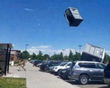 В Колорадо во время урагана в небо поднялись биотуалеты