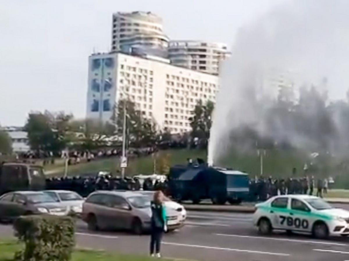 Участники митинга в Минске сломали водомет