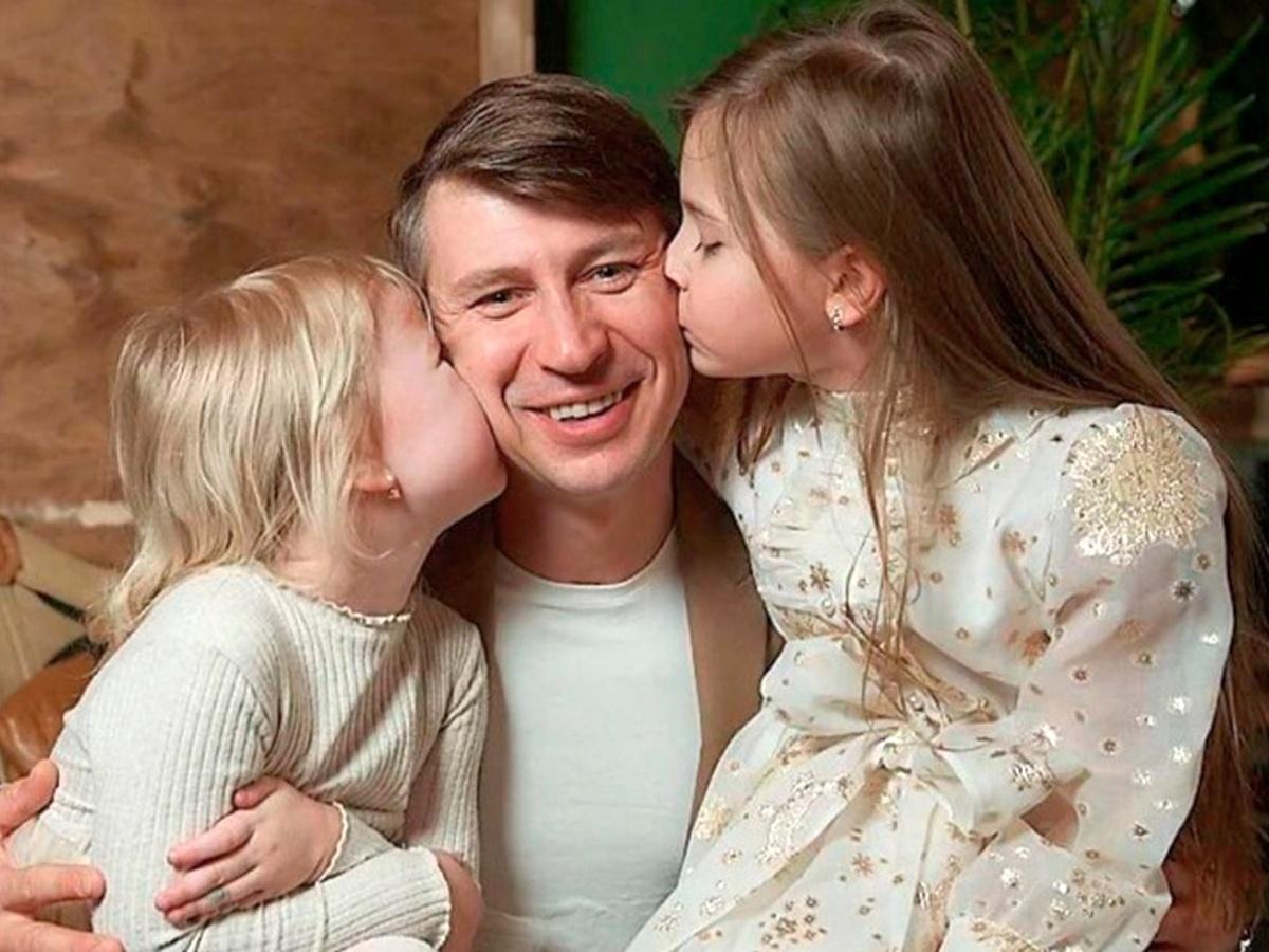 Алексей Ягудин с дочерьми