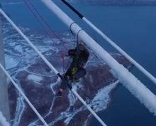 Альпинист чистит от льда мост на Русском