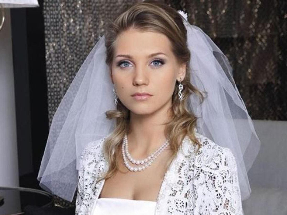 Асмус оказалась у загса в свадебном платье