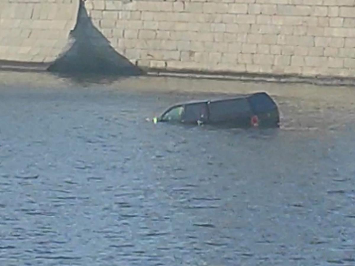 Автомобиль упал в воду