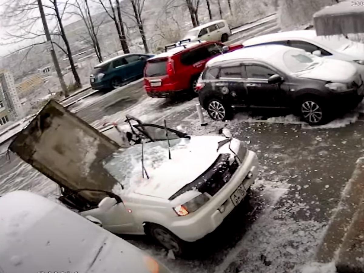 Бетонная плита упала на автомобиль во Владивостоке