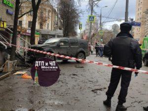 В Москве внедорожник после ДТП выкинуло на тротуар: один человек погиб