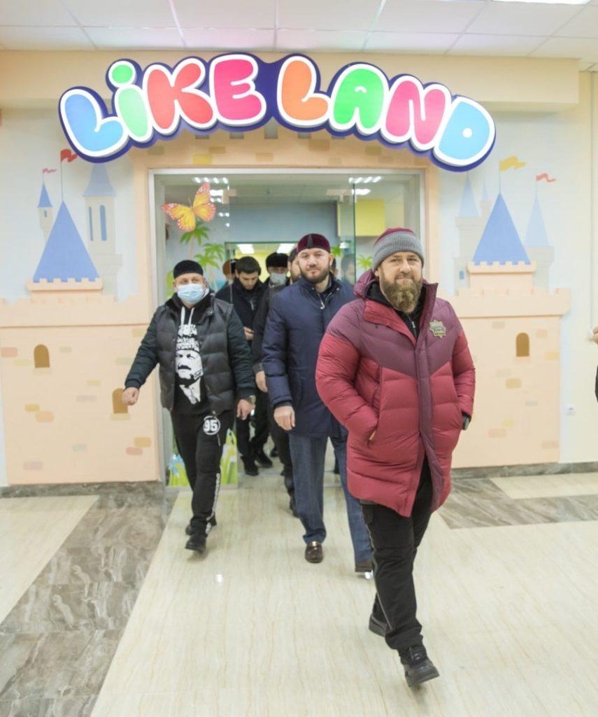 «Разместите наших героев»: Кадырова возмутили персонажи Marvel на стенах детской площадки