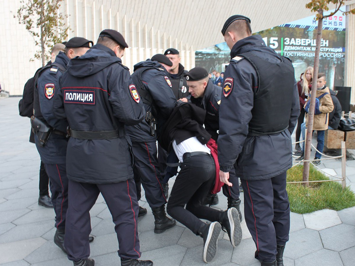 ГУ МВД в Москве напали на полицейских
