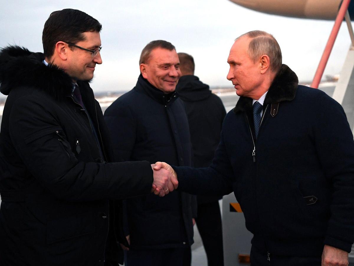 Кремль пояснил отсутствие маски и рукопожатия Путина