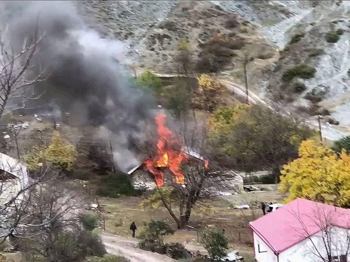Жители Карабаха сжигают свои дома