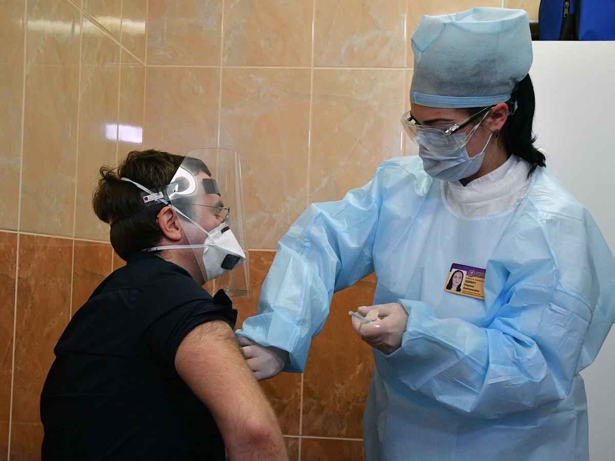 В Кузбассе медик заразился коронавирусом после прививки