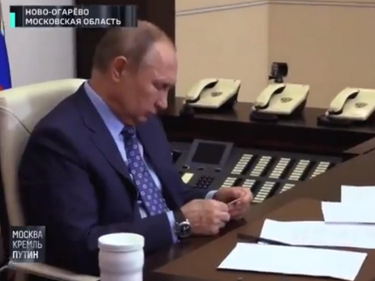 Путин читает записку