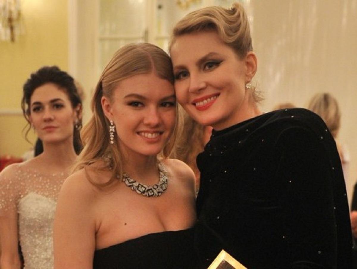 19-летнюю дочь Ренаты Литвиновой за чувственное фото сравнили с эскортницей