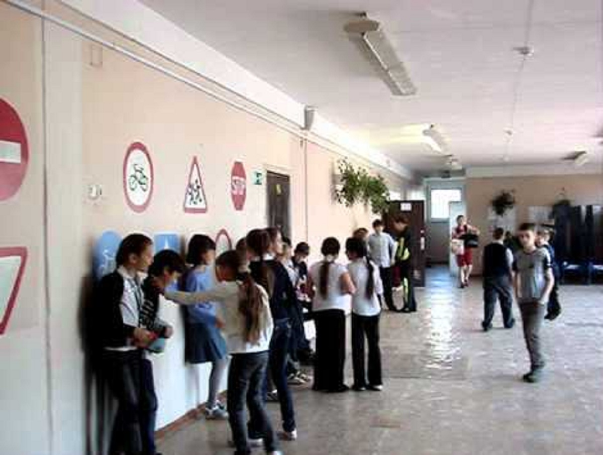 «Пошел вон отсюда»: в Петербурге учительница с матами выгнала школьника из туалета