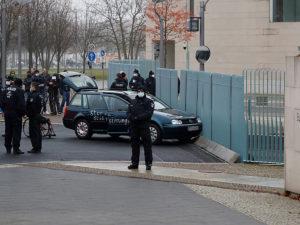 В ворота резиденции Меркель въехало авто