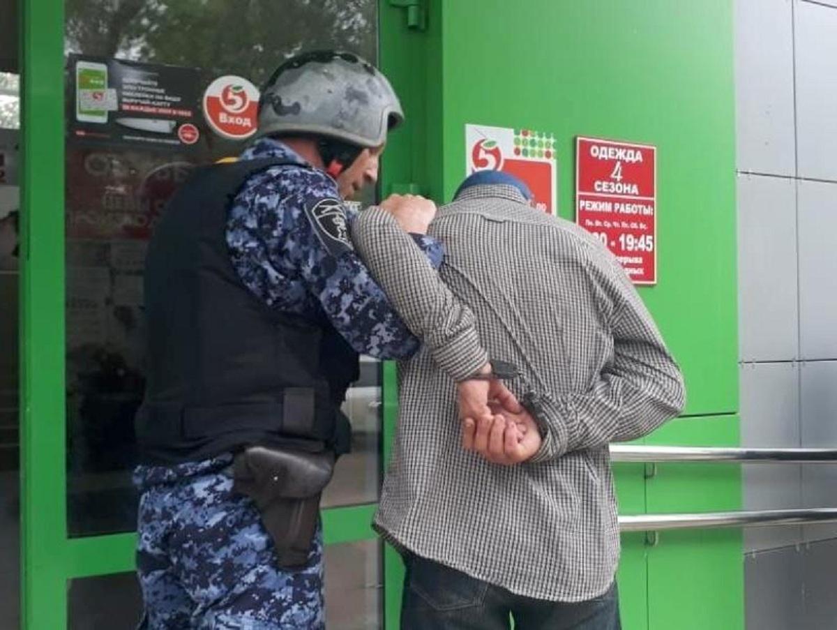 На Урале задержали следователя, воровавшего продукты по хитрой схеме