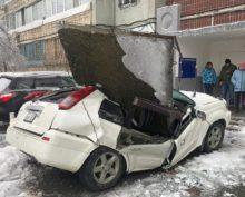 Мужчина чудом спасся, когда на его машину обрушилась бетонная плита