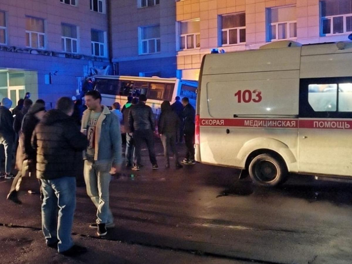 В Новгороде пассажирский автобус врезался в здание университета