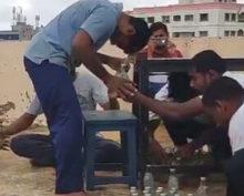 Индиец открыл головой 68 бутылок за минуту