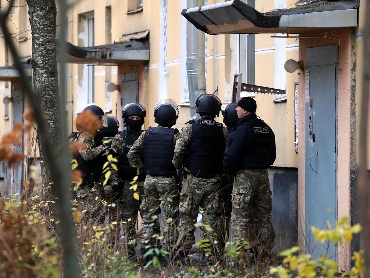 Захвативший шестерых детей в заложники в Петербурге мужчина сдался полиции