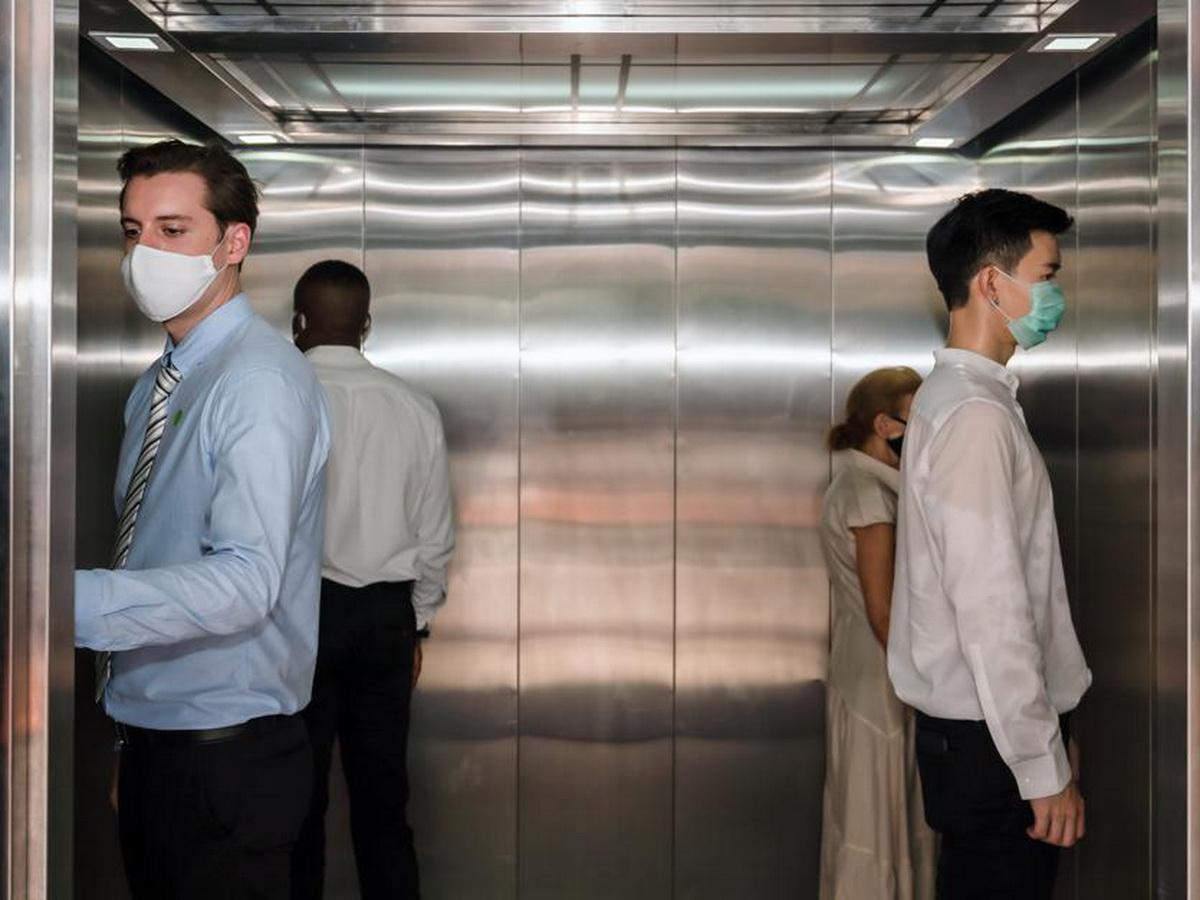 Роспотребнадзор предупредил о риске заражения коронавирусом в лифте