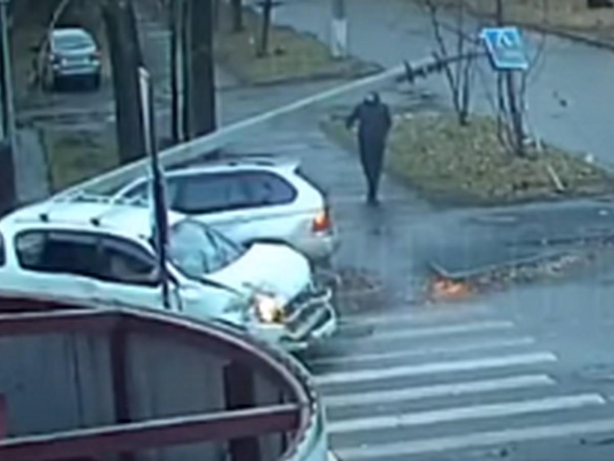 Пешеход, родившийся в рубашке, в течение 3 секунд дважды избежал опасности