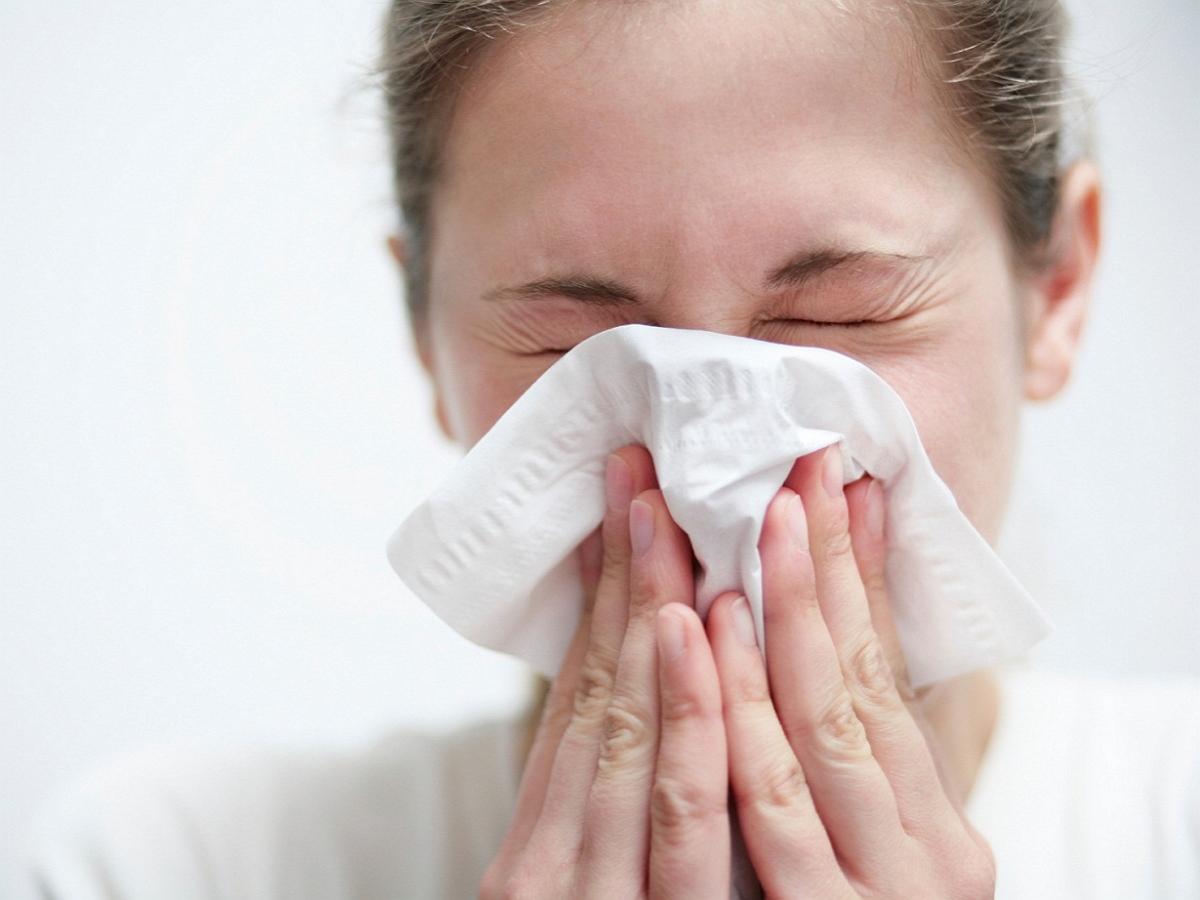 Эпидемиолог дала рекомендации на случай контакта с чихающим