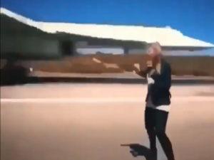 Журналистка прошла под крылом совершающего посадку бомбардировщика Ту-160