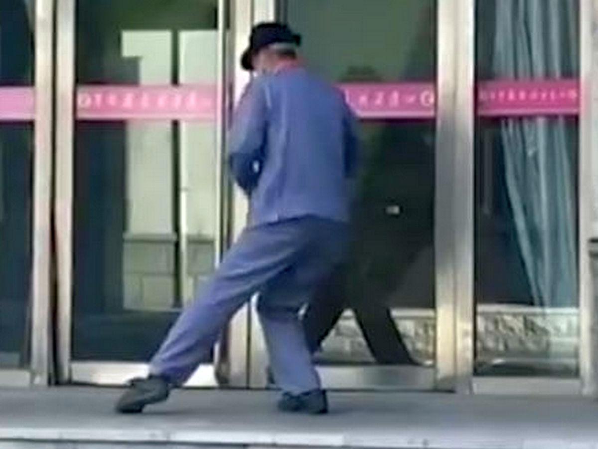Китаец, танцующий