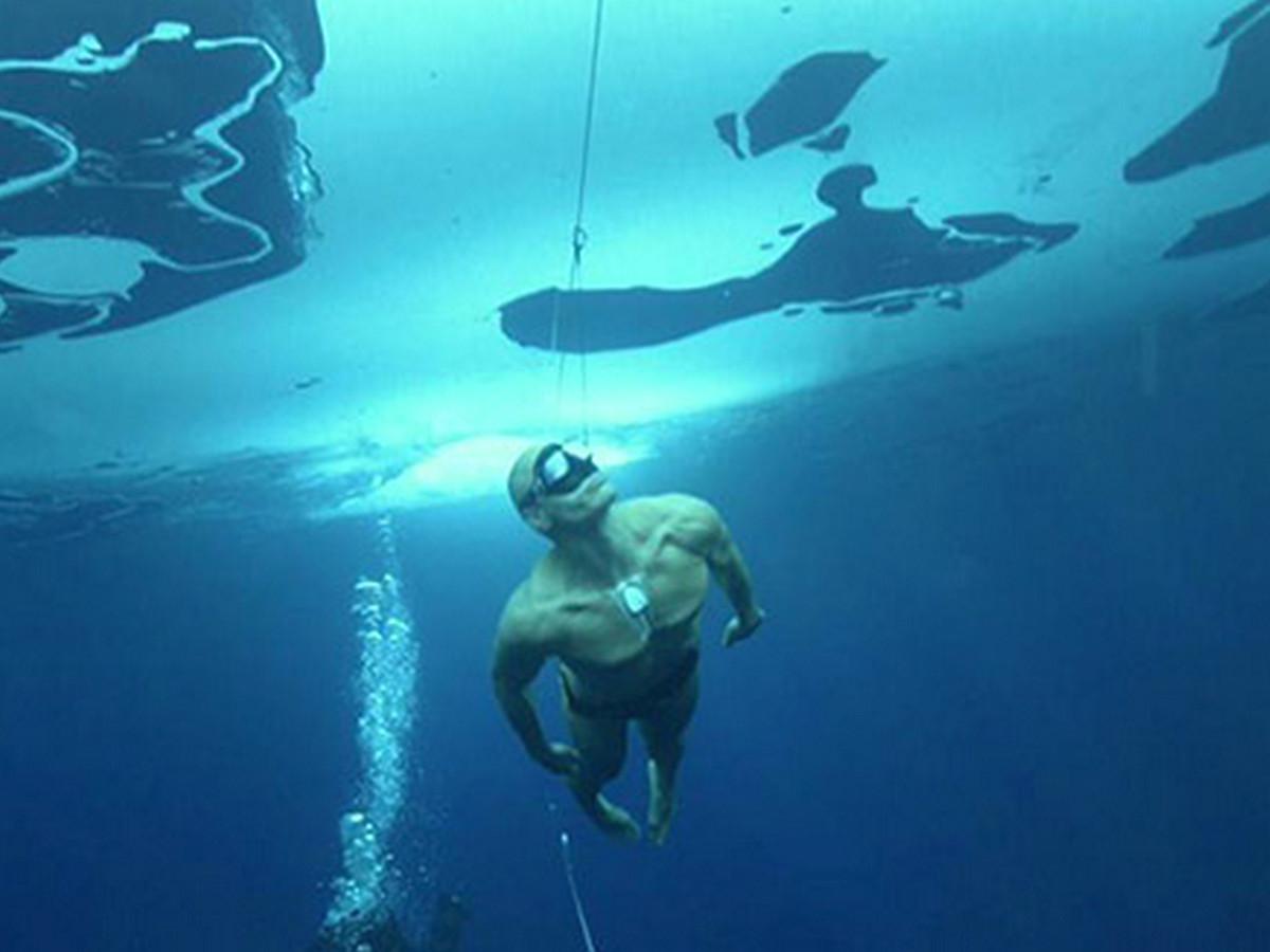 Фридайвер установил мировой рекорд, проплыв под водой двести метров