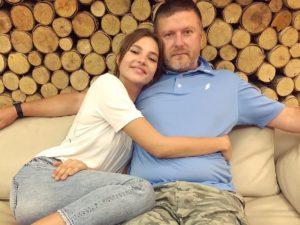 Налоговики заблокировали счета Алеси Кафельниковой и закрыли школу ее отца